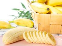 绿叶背景里的芭蕉和水果切片