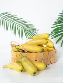 绿叶背景里的竹篮中的黄色芭蕉