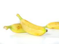 三个依偎在一起的黄色芭蕉水果