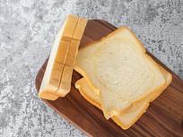 砧板上的全麦面包俯瞰图