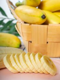 竹篮旁的芭蕉水果切片特写