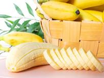 竹篮中的芭蕉和旁边的芭蕉切片