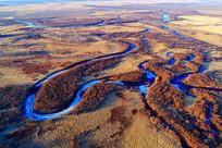 航拍呼伦贝尔早春弯曲河流