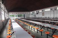 屋内的桌子和凳子