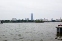 济南大明湖宽阔的湖面
