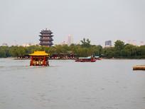 乘船游览济南大明湖
