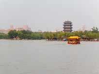 济南大明湖远处的古建筑