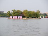 济南大明湖中的小岛