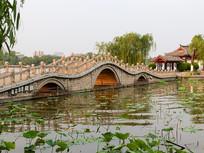 山东济南大明湖上玲珑的小桥