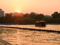 夕阳下的大明湖风光