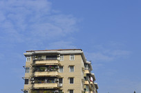 蓝天下的住宅楼一角
