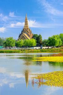 湖边的泰式建筑
