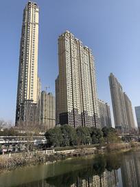 蓝天下的高楼大厦