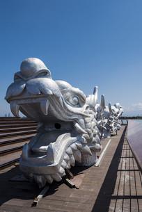 蓝天下龙头雕塑
