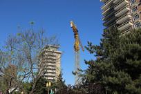 高楼大厦之间的建筑吊搭