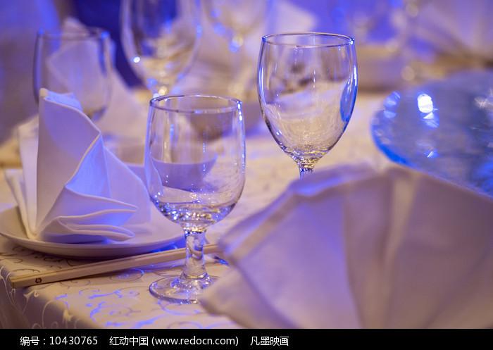 两只酒杯餐具图片