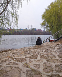 河边的钓鱼老人