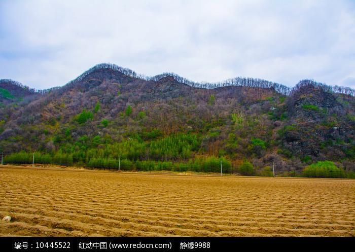 丹东宽甸青山沟耕地与山峰图片