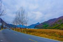 丹东青山沟公路树木与群山峰