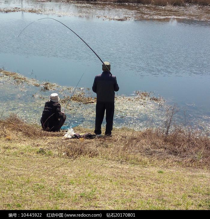 河边的钓鱼老人背影图片