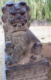 景区里的石雕狮子