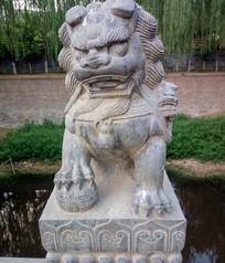 玩绣球的狮子石雕