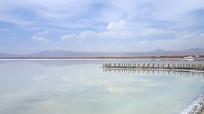 茶卡盐湖澄澈湖水