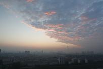 火烧云背景下的城市