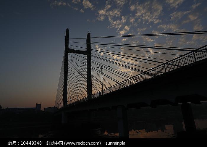 日出前的桥景图片
