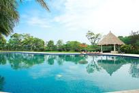 酒店户外蓝色泳池