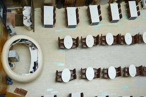 俯拍天井式酒店的自助餐厅