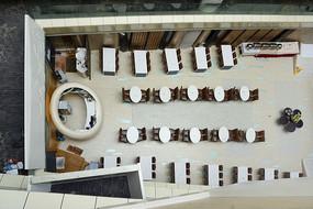 俯拍天井式酒店建筑自助餐厅