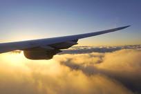 夕阳照在机翼 上