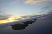 云层飞行的机翼