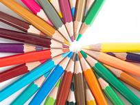 创意摆放成开口状的彩色铅笔