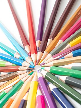 创意摆放的彩色铅笔