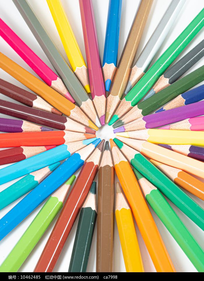 创意摆放的彩色铅笔俯瞰图图片