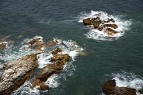 海水拍打礁石
