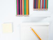 画本旁的彩色铅笔