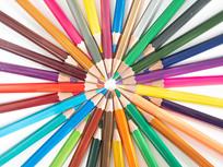 排列在一起的彩色铅笔