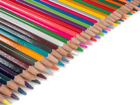 排列整齐的彩色铅笔