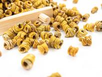 竹盘中的黄色铁皮枫斗