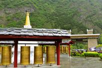 甘堡藏寨的转经筒和白塔
