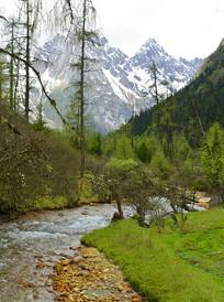 谷里溪流及远处的雪山