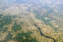 航拍沭河流过的山东郯城县城