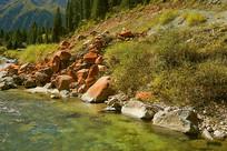 达古冰山下小溪边的冰渍石