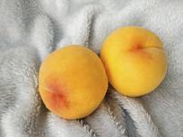 两颗黄桃图