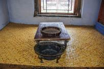 努尔哈赤故居火炕与炕桌铜盆