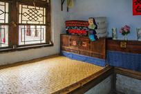 努尔哈赤故居室内火炕炕柜棉被