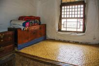 努尔哈赤故居室内火炕炕柜与棉被